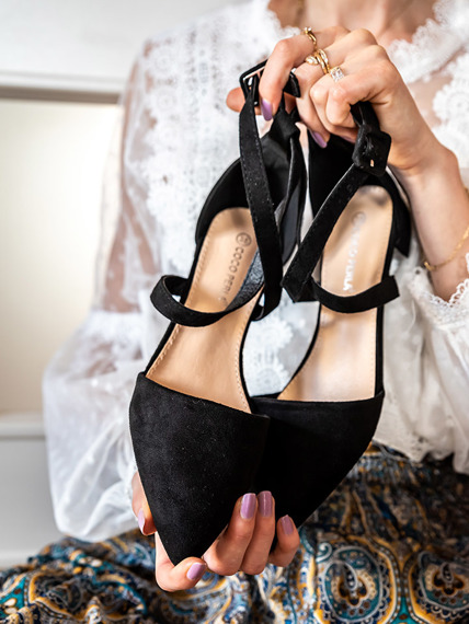 Black pointy-toe ballet flat